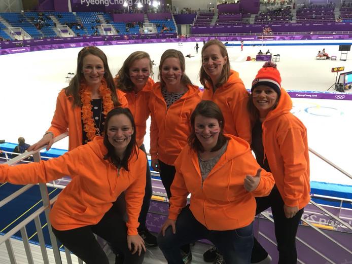 De zeven vriendinnen die dorpsgenoot en vriendin Carlijn Achtereekte uit Lettele aanmoedigen.