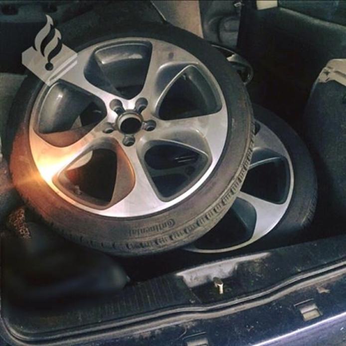 De wielen zoals de agenten ze in de auto vonden.