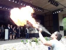 Vuurspuwers huilen bij uitvaart van showman-kok uit Enschede