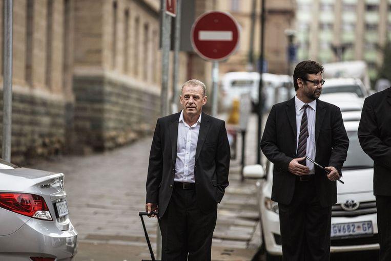 Openbaar aanklager Gerrie Nel (links) arriveert bij het gerechtshof in Pretoria. Beeld afp
