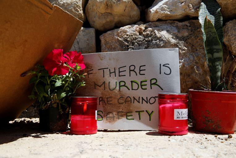 Een bordje met kaarsen op de plek waar de Ivoriaanse immigrant Lassana Cisse vermoord werd.