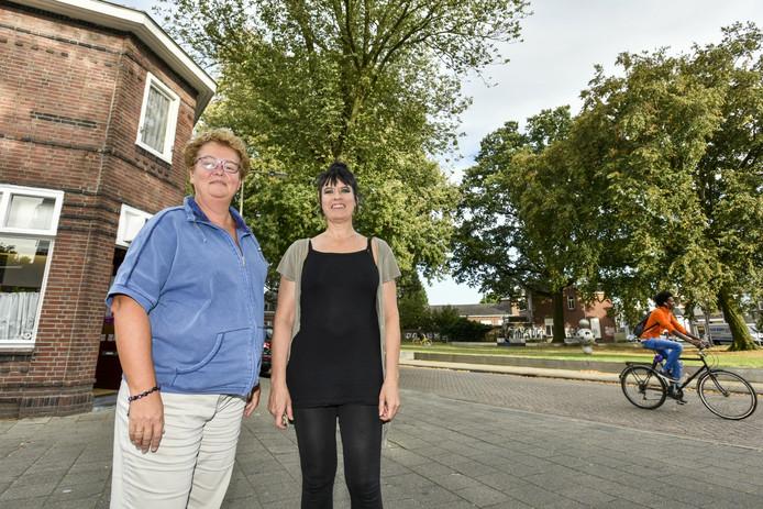 Buurtbewoonsters Noortje Kramer en Annemarie ter Veer bij de bomen aan het pleintje die gaan verdwijnen.