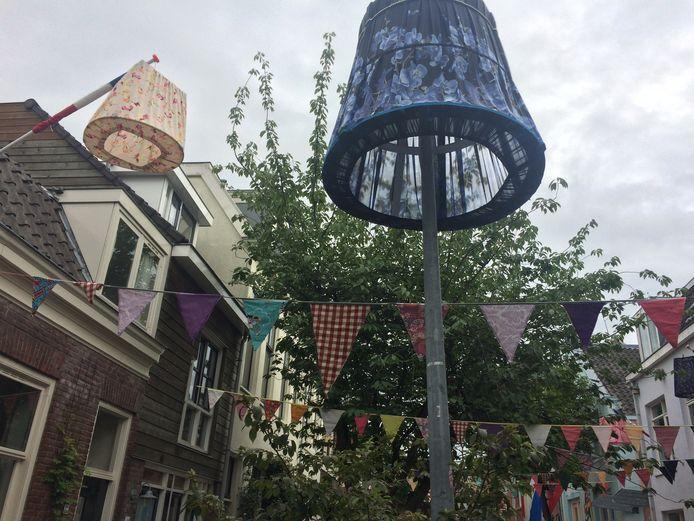 Bewoners van de Tulpstraat in Utrecht hebben hun lantaarnpalen versierd met lampenkappen.