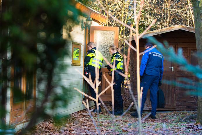 Medewerkers van de gemeente Epe, politie en Belastingdienst doen, inmiddels twee jaar geleden, een inval op De Beekhorst.