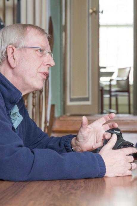Burgemeester reikt lintje voor woensdag overleden Carel Bruring uit aan Manda Heddema
