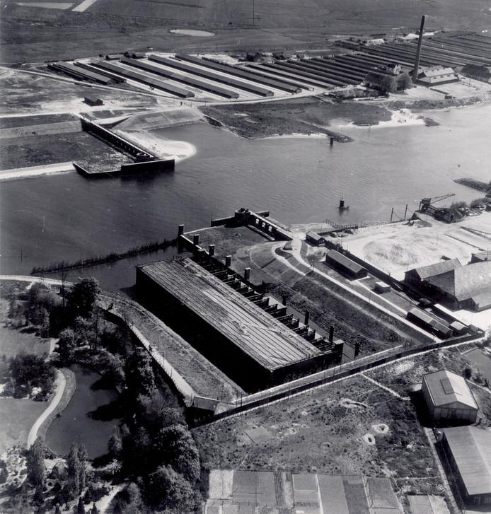 De stuw bij Olst (midden) en de plek waar hij in de rivier gelierd kon worden (daar schuin boven). Onderdeel van de IJssellinie (1953-1964)