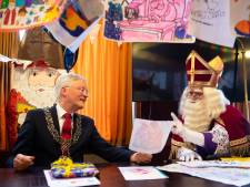 'Hulpsint' Weterings overhandigt alle Tilburgse tekeningen aan Sinterklaas