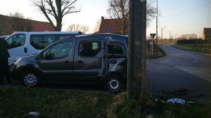 Vrouw gewond na botsing tussen twee wagens, twee kinderen in shock