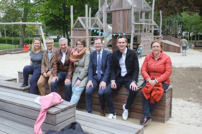 Speelterrein Philipsplein feestelijk geopend. Leuvense politici Zeger Debyser, Carl Devlies, Lies Corneillie, Dirk Vansina, Lorin Parys en Karin Brouwers waren ook van de partij.