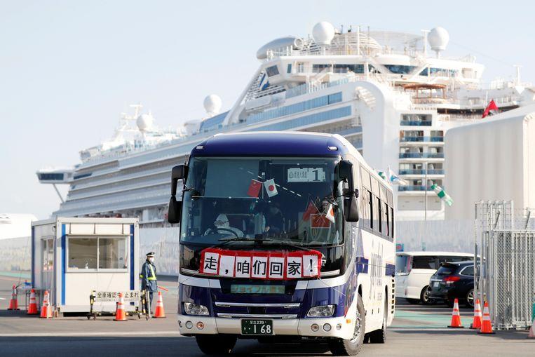 Een bus met passagiers die de Diamond Princess mochten verlaten (21/02/2020).