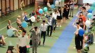 Proclamatie op veilige afstand en afstudeerhoedjes slechts symbolisch de lucht in op Sint-Jozefschool Mere