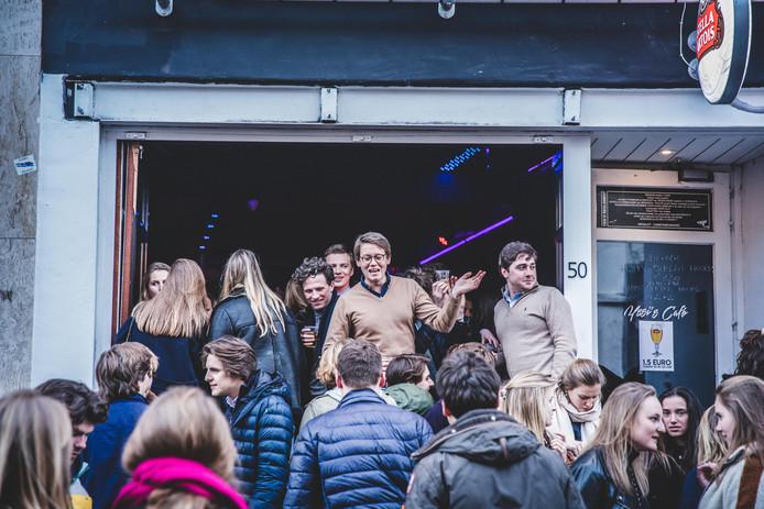 Goedkope pintjes en feesten op straat vormen de succesvolle ingrediënten van de dagdisco in de Overpoort.