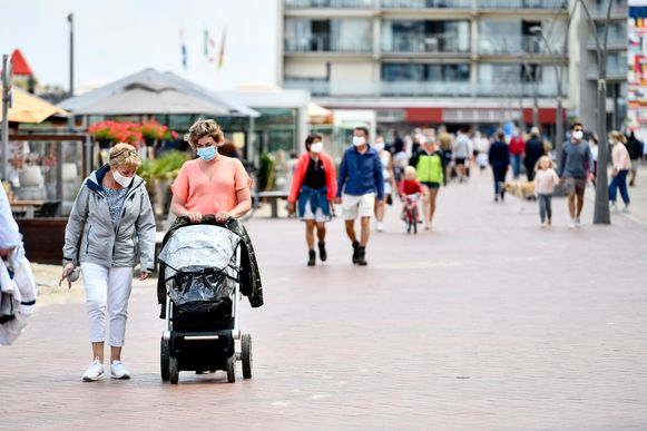 Wandelaars op de dijk van Oostduinkerke eerder deze week. (Archieffoto)