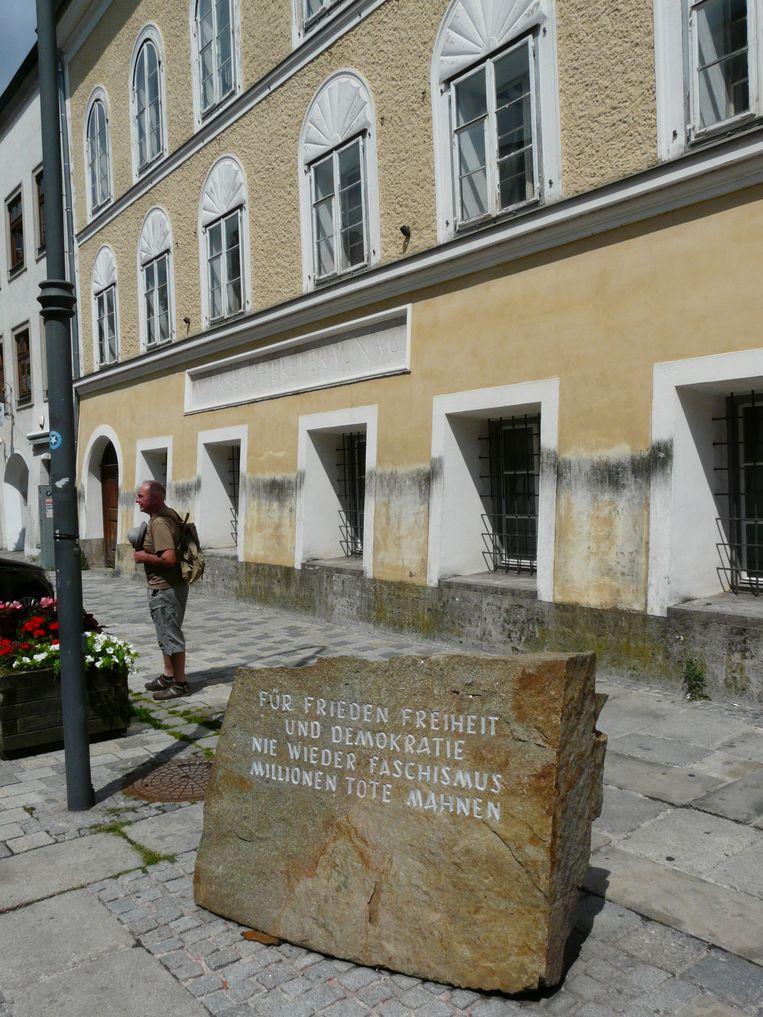 Steen uit Mauthausen voor Hitlers geboortehuis in Braunau. Beeld Runa Hellinga