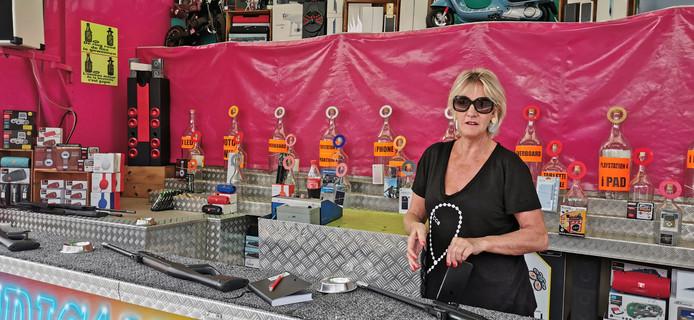 Foorkraamster Nadine Van den Houten staat veertig jaar op de foor en kreeg nooit eerder klachten.