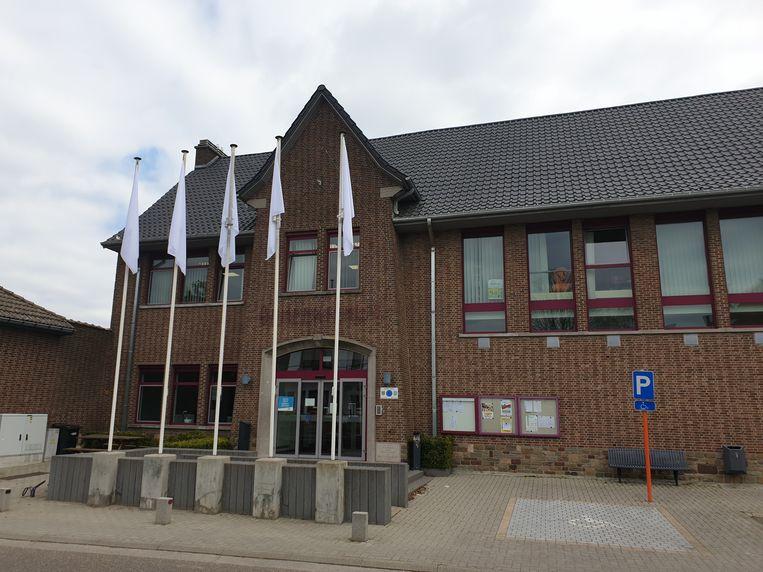Witte vlaggen aan het gemeentehuis van Geetbets.