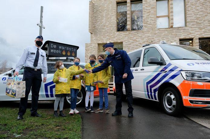 De Kiwi's overhandigden engeltjes aan de politie in Mol