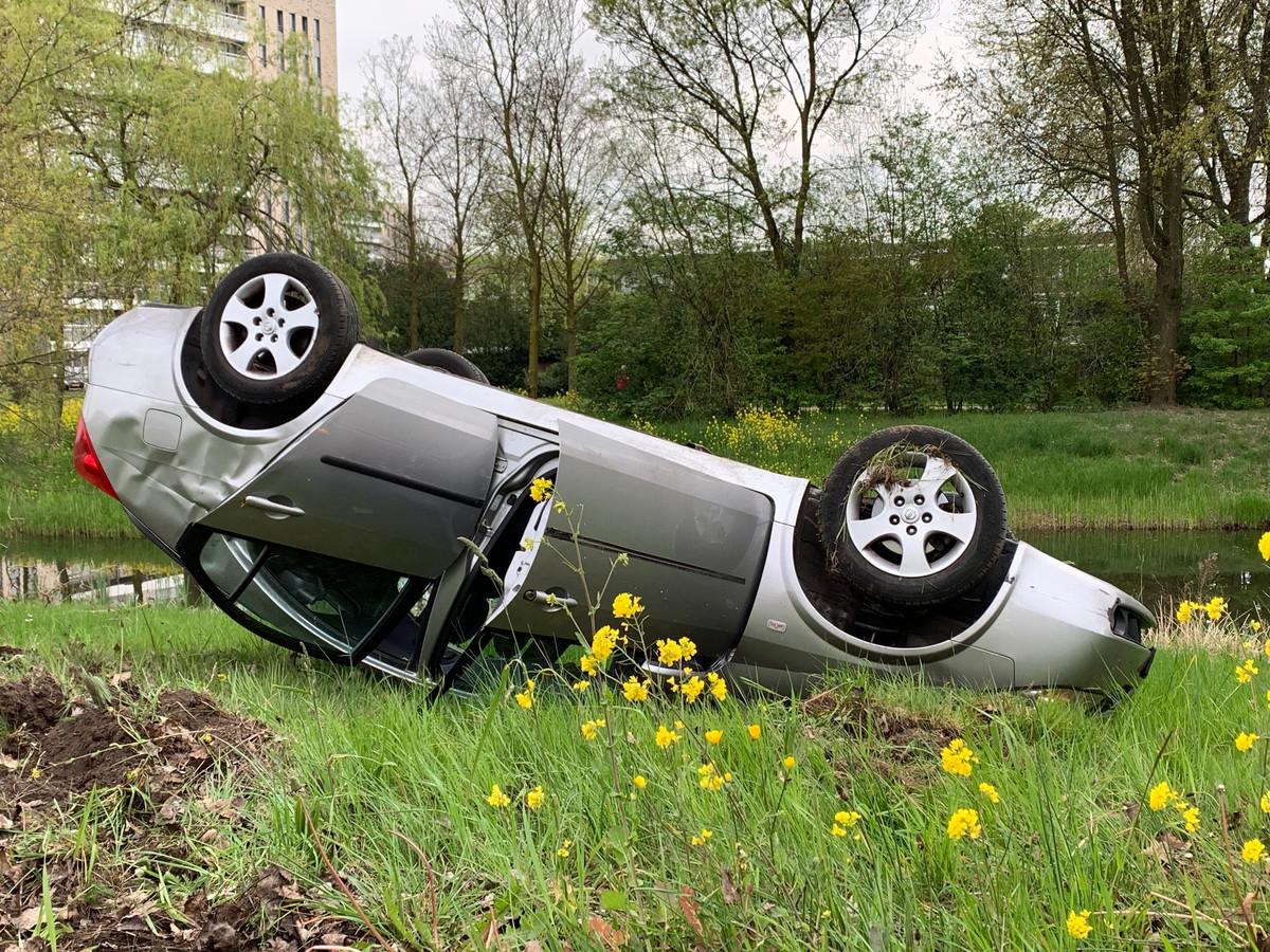 Een auto is op zijn kop beland in Den Bosch.