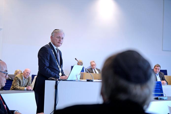 Burgemeester Gerritsen gaf zondag het goede voorbeeld door een Stolperstein te kopen