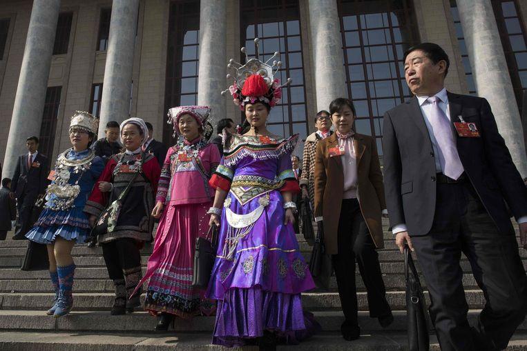 Gedelegeerden in klederdracht uit de culturele minderheden. Beeld null