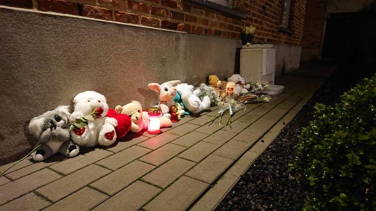 Er liggen tientallen beertjes aan het appartementsgebouw.