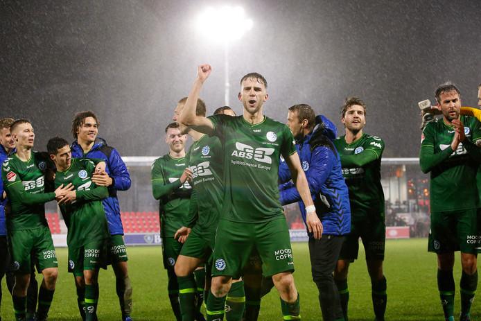 De Graafschap-voetballer Branco van den Boomen, maker van de 2-3 tegen Jong PSV, viert de overwinning met de meegereisde supporters.