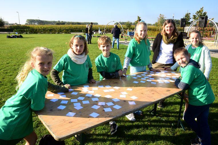 De kinderen uit Oetingen mochten een spelletje spelen. Foto Marc Colpaert