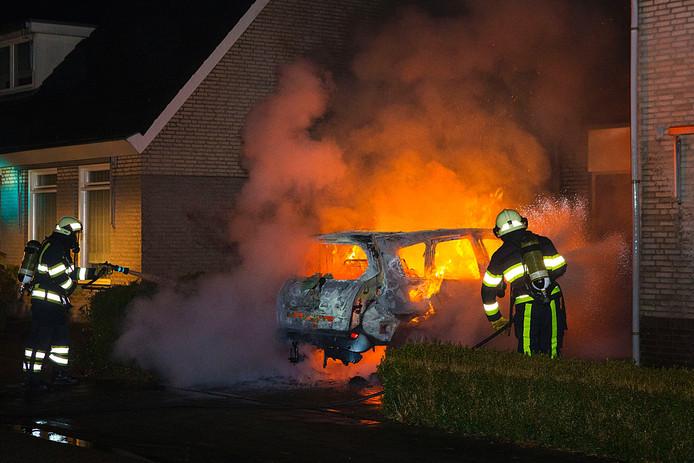 Ondanks pogingen de brand te blussen brandde de auto volledig uit.