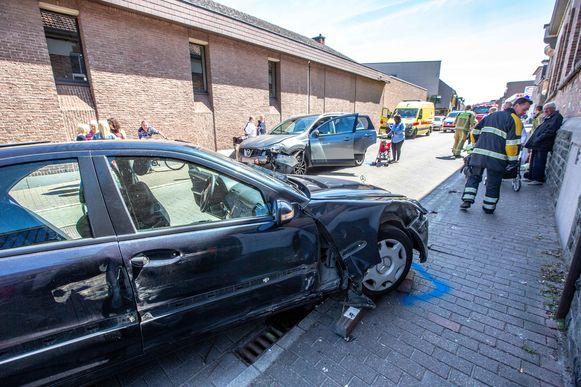 Beide voertuigen liepen heel wat schade op.