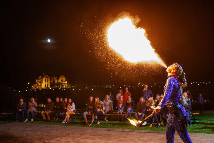 De vuurshow van Esther Soolsma uit Leeuwarden tijdens 'Kopje Cultuur' in Steenwijk. ©Martijn Bijzitter