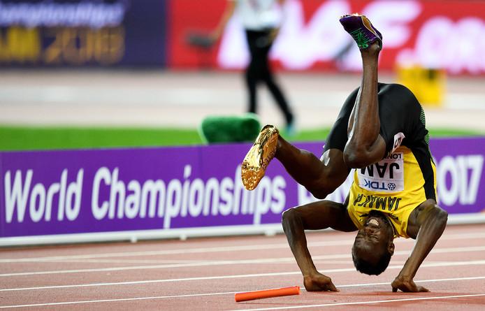 Usain Bolt valt neer met kramp.