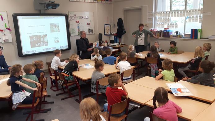 De kinderen van groep 3 van basisschool Het Bossche Broek mochten vragen stellen aan de bisschop.