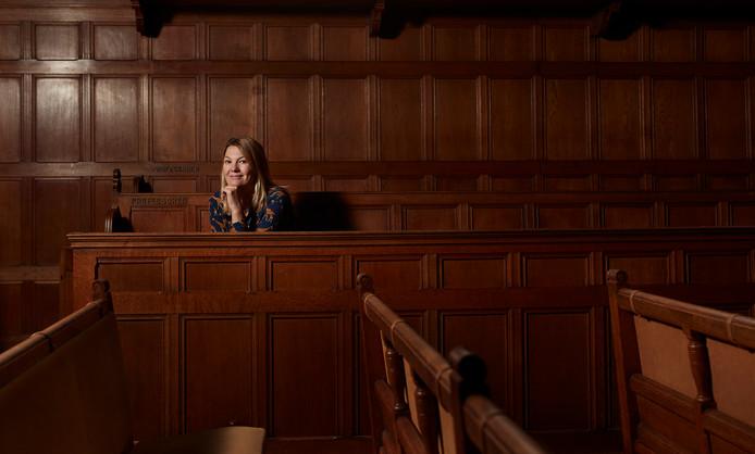 Eveline Crone in het zogeheten professorenbankje in de gerenoveerde kerkzaal van het 16de-eeuwse Leidse Academiegebouw.