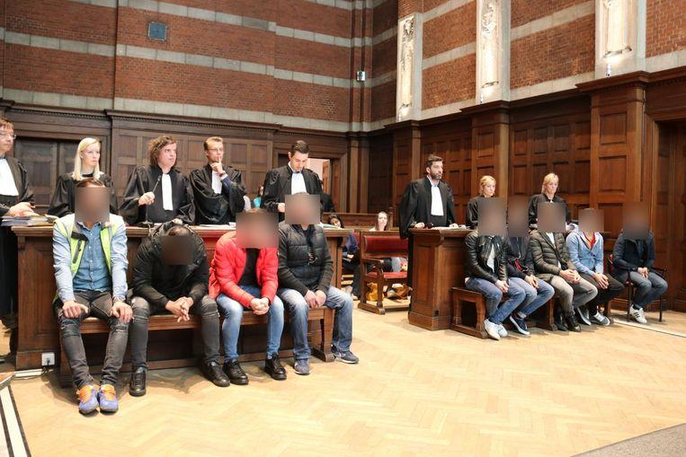 9 van de 11 beklaagden waren aanwezig om het proces te volgen.