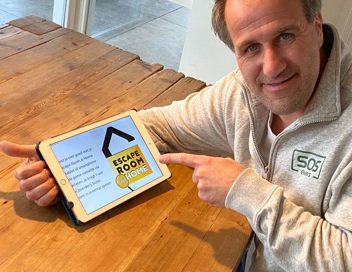 Erik Kroon van SOS Events toont de Escape Room @ Home.