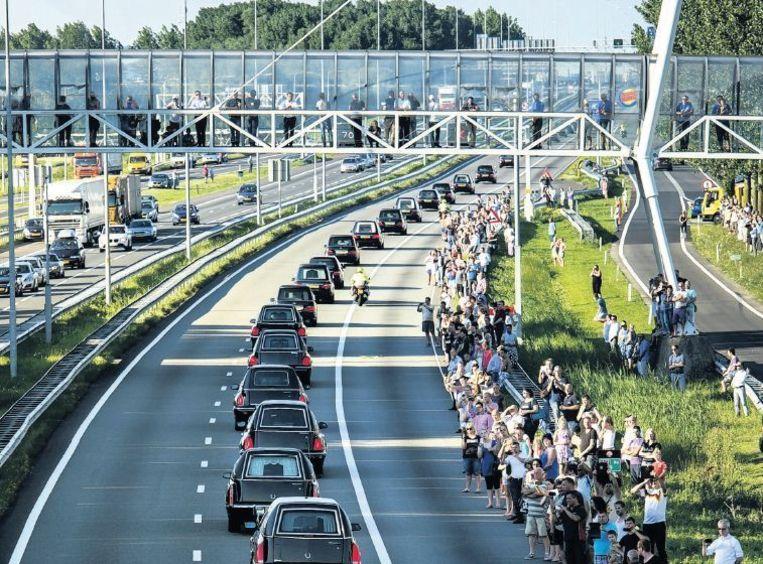 De rouwstoet van de slachtoffers van de neergestorte MH17 werd onderweg van Eindhoven naar Hilversum door duizenden mensen opgewacht. Beeld reuters