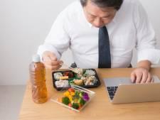 Japanse ambtenaar gekort op loon na 3 minuten te vroeg lunchen; bedrijf zegt sorry