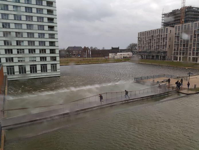 De Spiegeltuinbrug, hier in wat onrustigere tijden