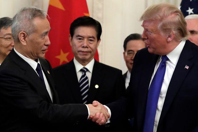 De Amerikaanse president Donald Trump (rechts) schudt de hand van de Chinese vicepremier Liu He.