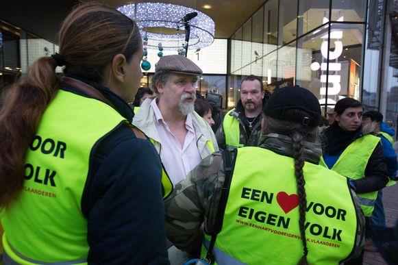 Organisator Marko Kleijn in discussie over het uitdelen van flyers door leden van het extreemrechtse Voorpost.