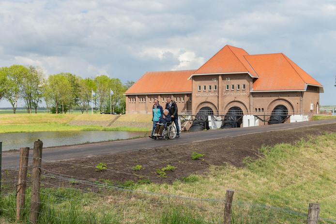 De 100-jarige eregast An van der Wolff verlaat met haar zorgmaatjes Akke en Gerrit Buitenhuis het 100-jarige gemaal Stroink.