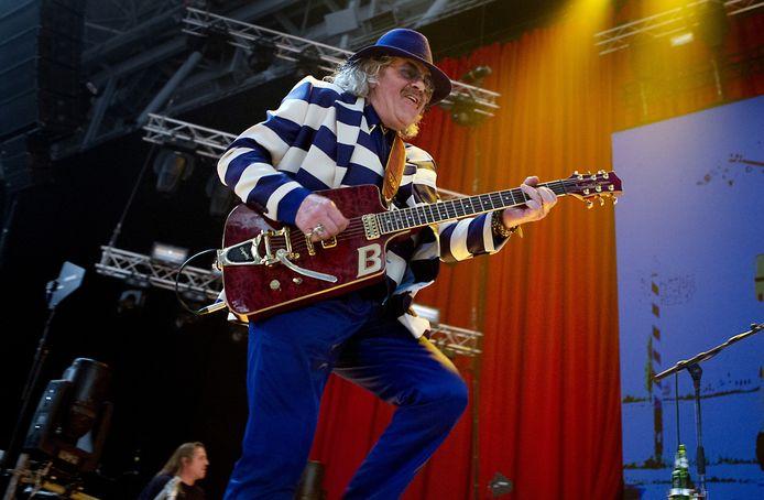 Bennie Jolink gaat zittend een paar nummers spelen tijdens zijn rentree op het podium, op 10 mei in Hummelo. ,,Ik ren niet meer als een dolle over het podium met een gitaar'', zegt hij.