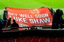 PSV-supporters steken Luke Shaw een hart onder de riem.