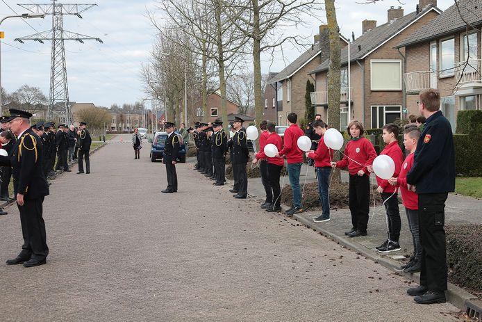 Brandweermensen hielden een indrukwekkende erewacht voor hun overleden collega Henk Aarssen in Oss.
