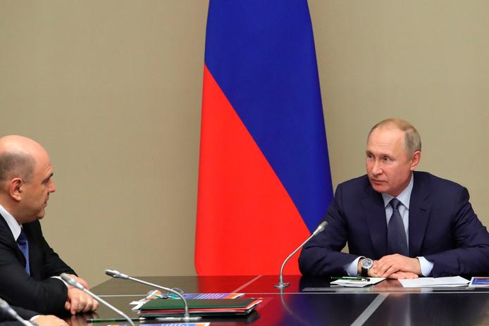 De Russische president Vladimir Poetin (r) en de nieuwe Russische premier Mikhail Mishustin tijdens een  vergadering van de Veiligheidsraad, vandaag in de Novo-Ogaryovo-residentie buiten Moskou.