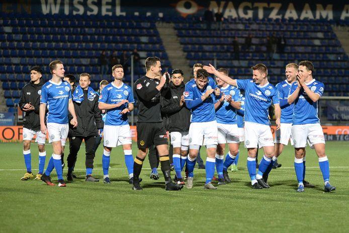 Voor de vakken van de oosttribune, waar wel fans mochten zitten, vierde FC Den Bosch de overwinning. Jens van Son tikt matchwinner Ruben Rodrigues tegen het hoofd.