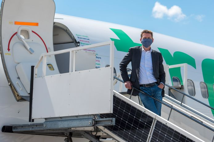 Dirk Neelis van Transavia bij een van de vliegtuigen die vanaf Eindhoven Airport weer vertrekken