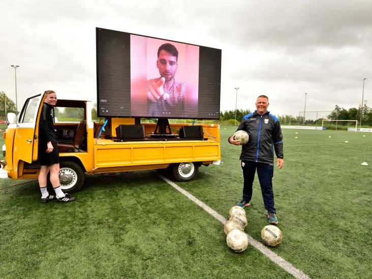 Verzorger Fred (66) krijgt ludiek afscheid van voetbalteam: 'Hopen stiekem dat hij nog een jaartje doorgaat'