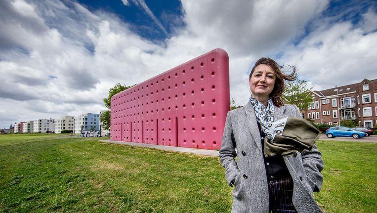 Esther Eikelenboom strijdt onvermoeibaar voor herstel van de muur van haar vader. Beeld Jean-Pierre Jans