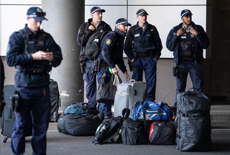 Politieagenten maken zich op voor een vertrek naar de grens. Beeld Hollandse Hoogte/EPA